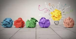 palle di carta colorata di colore indaco rosso verde viola giallo e rosa a simboleggiare creatività
