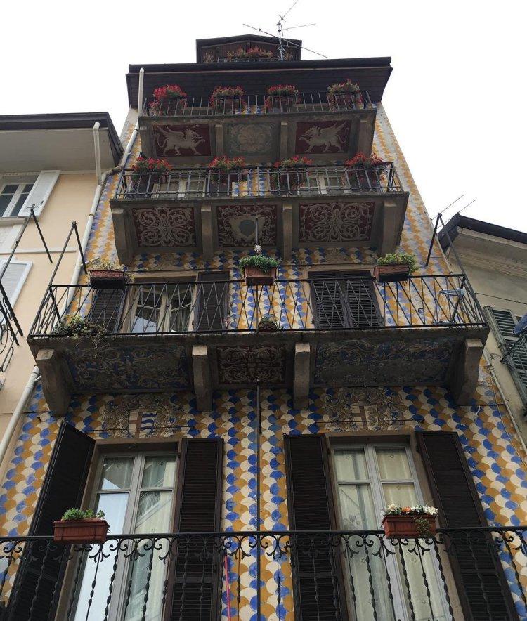 facciata dipinta di palazzo d'epoca. colori blu ed ocra.