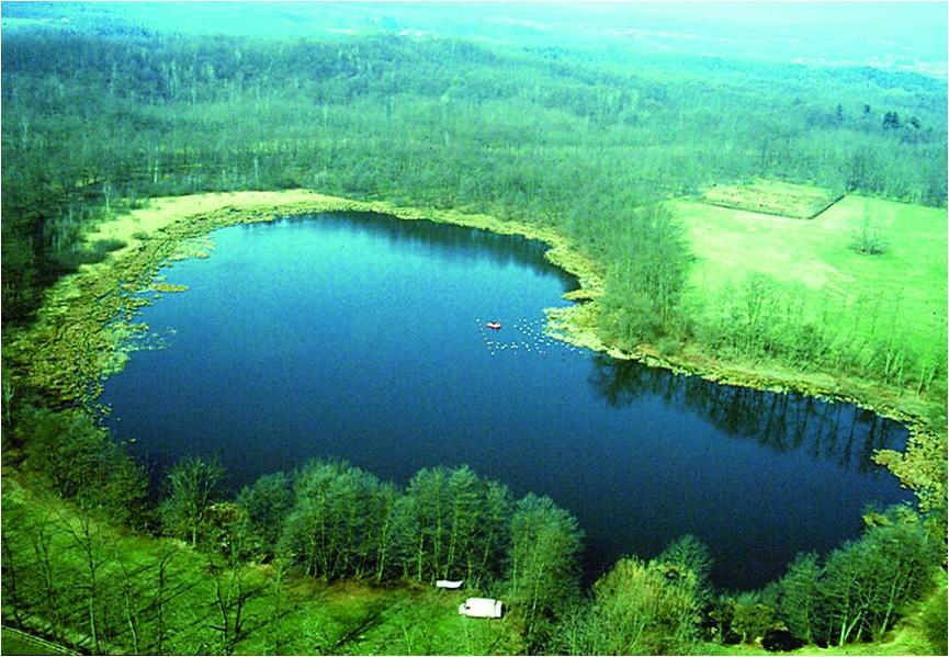 Lago a forma di cuore nel parco dei lagoni di mercurago lago maggiore. sito pratimonio unesco.