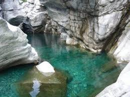 Acqua verde, rocce calcaree, paesaggio alpino