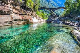 Acqua verde, ponte romano, zona montuosa