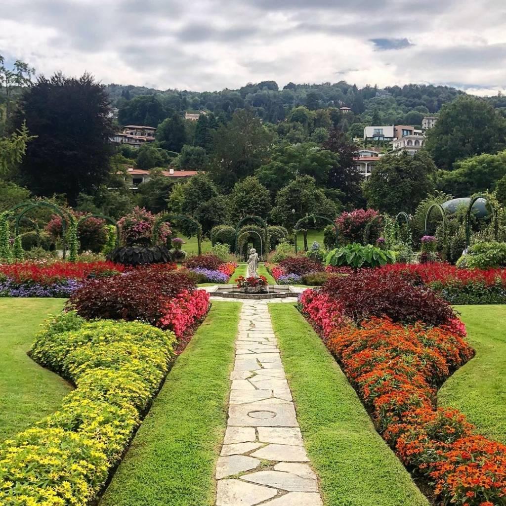 giardino fiorito con centrale statua neoclasica