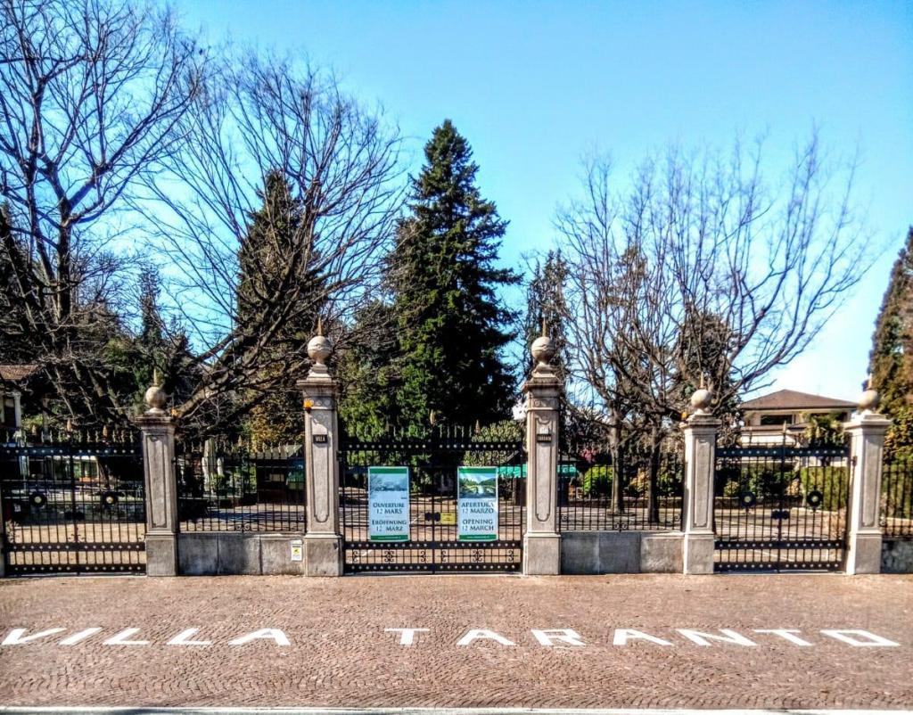 scritta villa taranto, cancellata ingresso parco botanico.