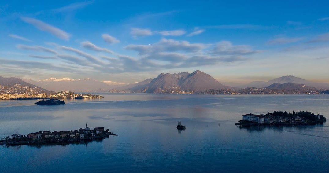 veduta aerea lago e cielo blu, tre isole lacustri in primo piano
