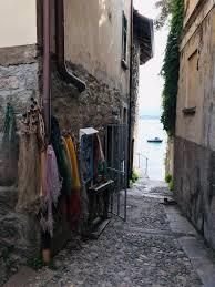 viottolo lacustre, reti da pescatore appese alle pareti, pavimento in ciottolato