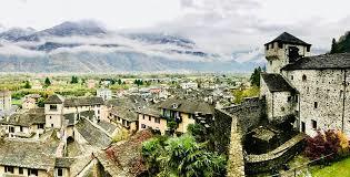 villaggio alpino, castello montagne sullo sfondo. colori cerulei