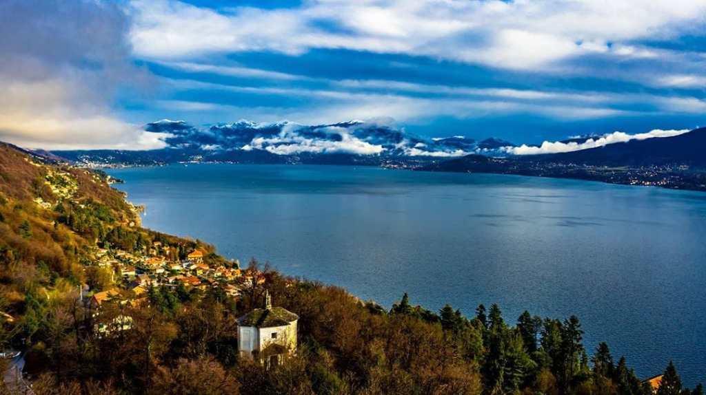 vista aerea del sacro monte di ghiffa e della sua cappella esagonale. lago maggiore e montagne imbiancate.