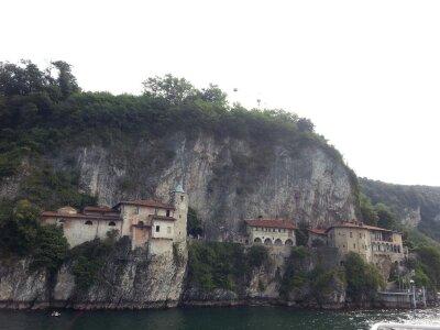 antico monastero scavato nella roccia
