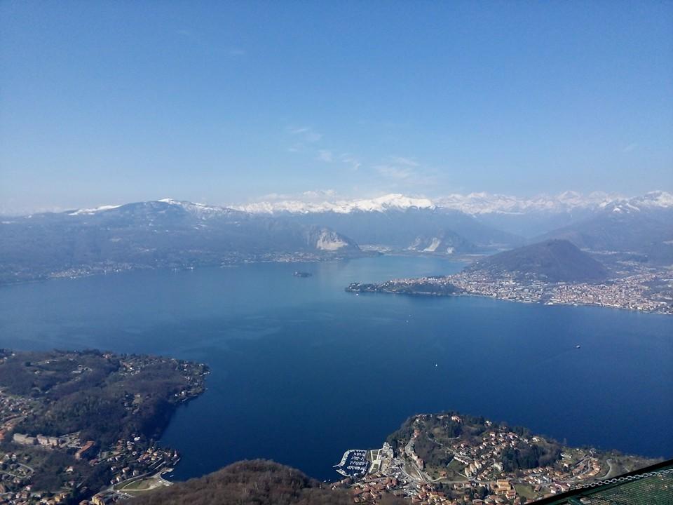 lago blu, montagne tutto intorno