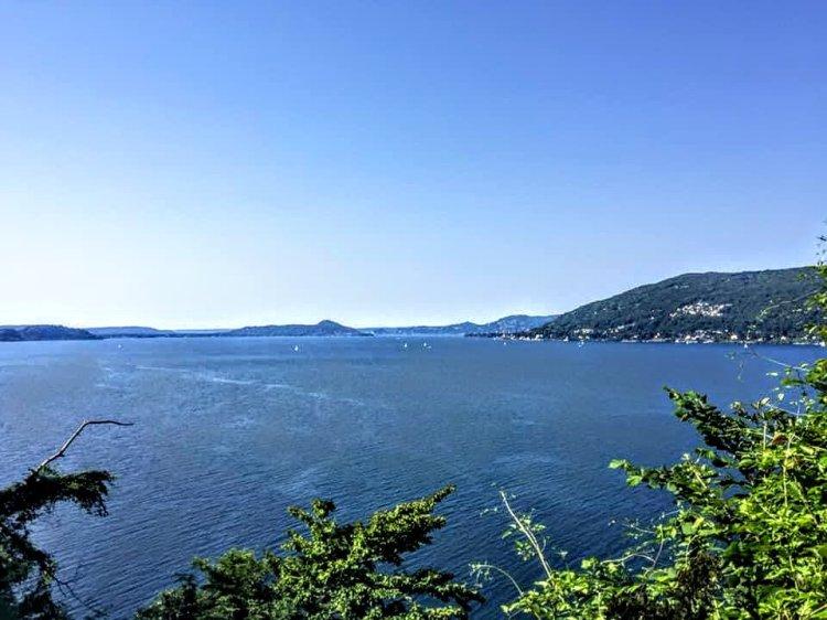 acqua blu, onde sul lago.